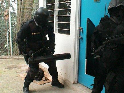 PERCHEZIŢII ALE POLIȚIȘTILOR, LA PERSOANE BĂNUITE DE EVAZIUNE FISCALĂ ŞI SPĂLARE DE BANI